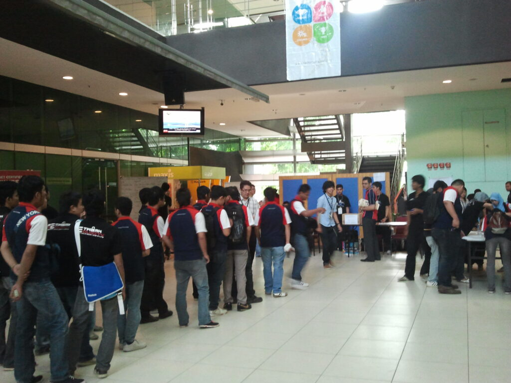 Queue at the FUDCon registration desk