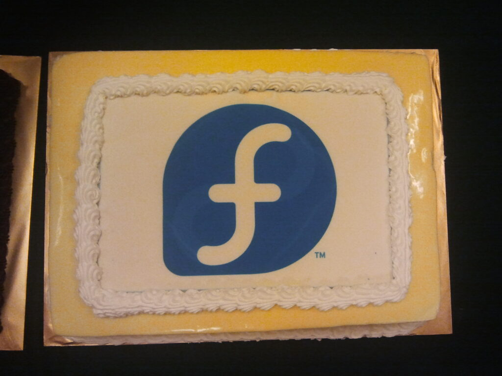 Cake with Fedora logo